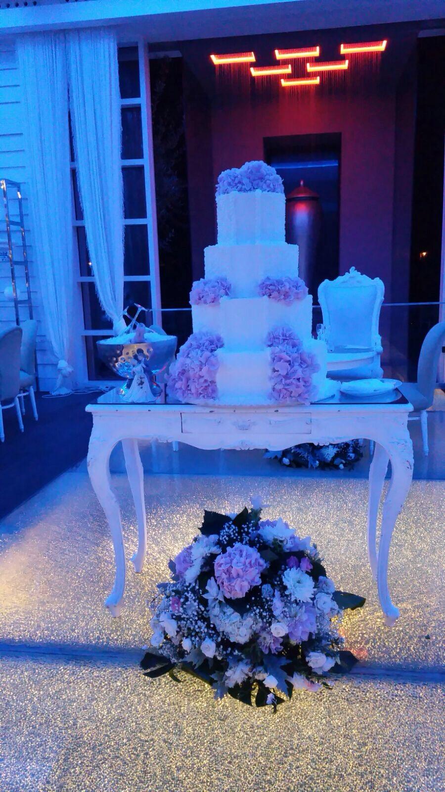 http://www.weddingamalfi.com/wp-content/uploads/Domenico-and-Maria-wedding-cake.jpg