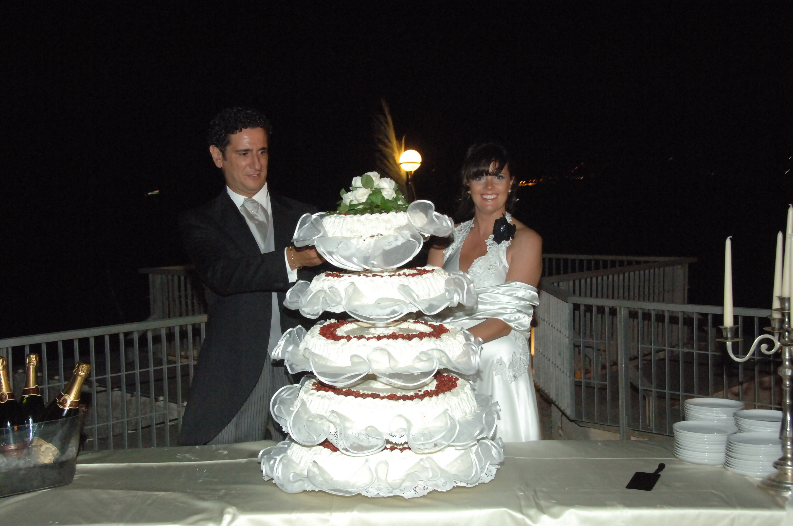 http://www.weddingamalfi.com/wp-content/uploads/Enza-and-Mario-wedding-cake-and-champagne.jpg