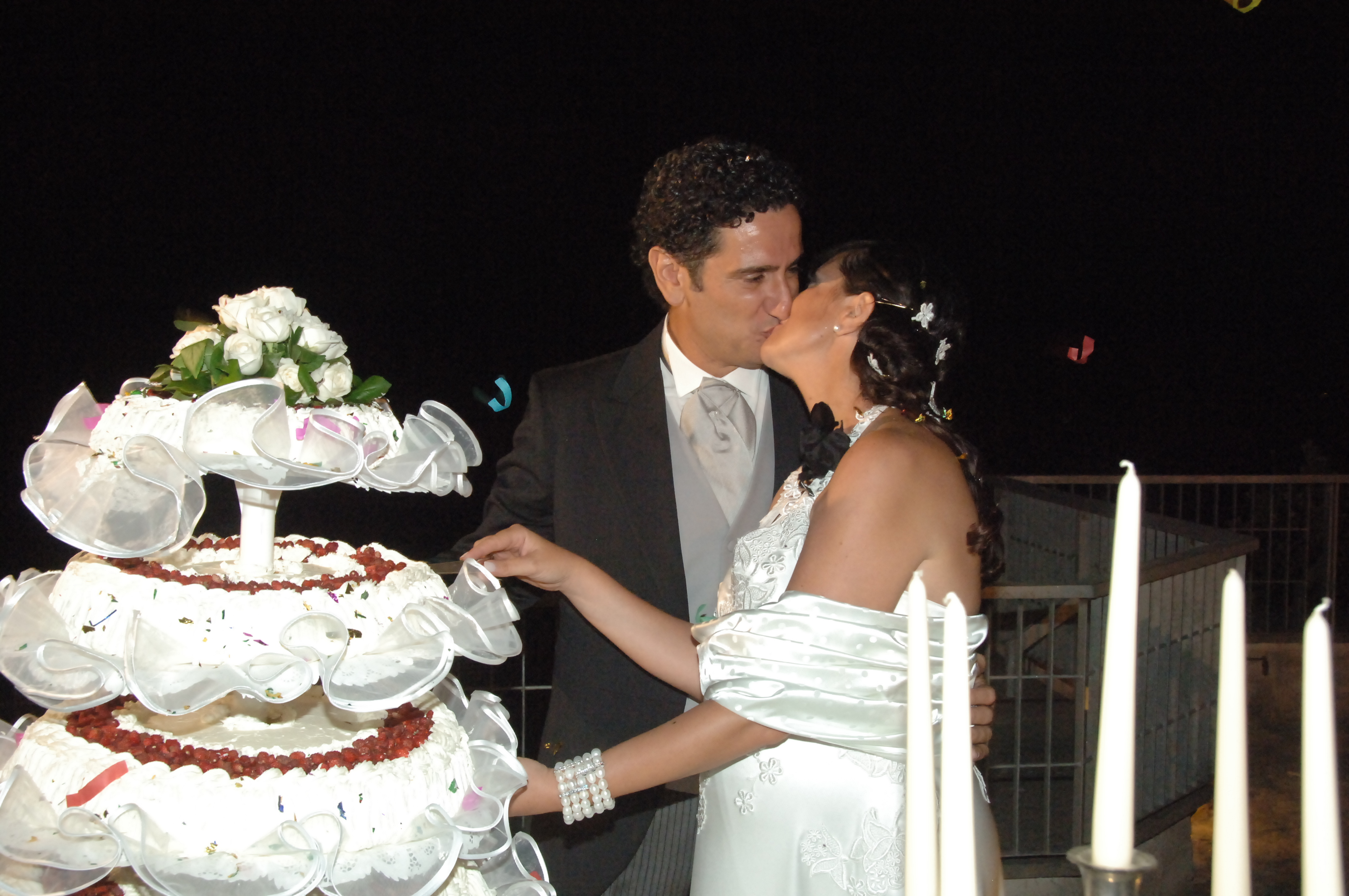 http://www.weddingamalfi.com/wp-content/uploads/Enza-and-Mario-wedding-cake.jpg