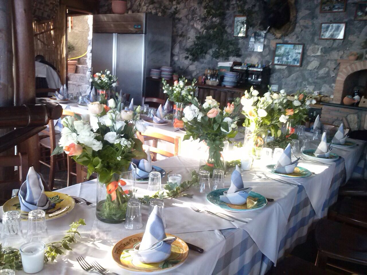 http://www.weddingamalfi.com/wp-content/uploads/Laura-and-Jarrod-fresh-flowers-wedding-table.jpg
