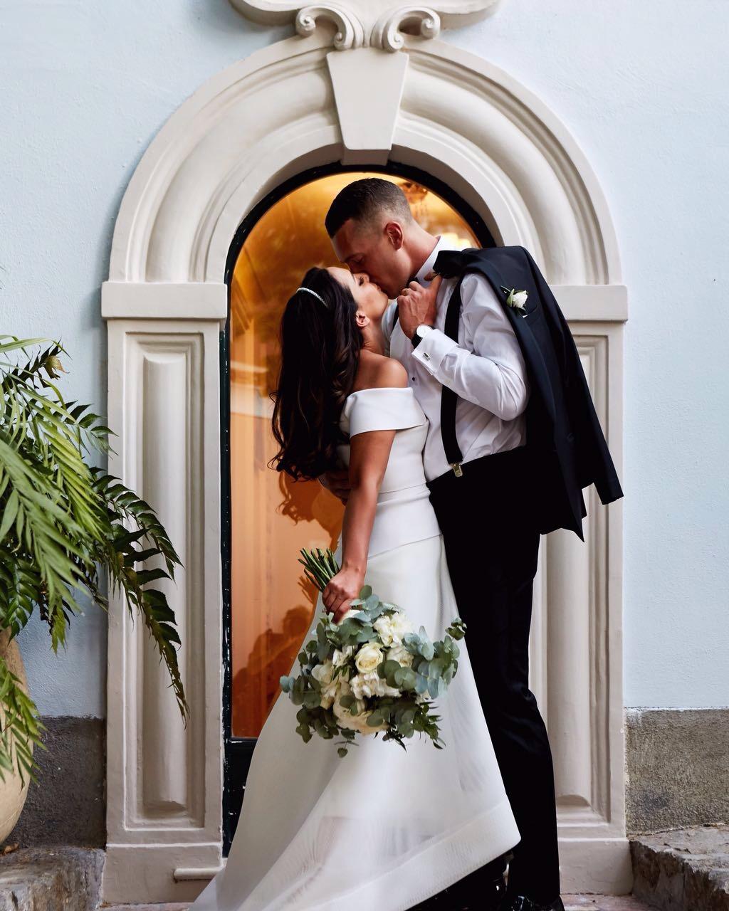 https://www.weddingamalfi.com/wp-content/uploads/Laura-and-Jarrod-bride-and-groom-kissing.jpg